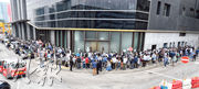 南豐等發展的LP6昨日推出19個撻訂單位重售,雖然個別較兩年半前加價達16%,但仍吸引數百人到設於九龍灣啟匯的售樓處外排隊搶購。(劉焌陶攝)