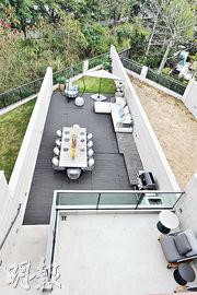 示範屋的客飯廳外連1109方呎花園,擺放10人的長形餐枱,仍有足夠活動空間。(劉焌陶攝)