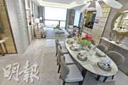 大廳用色富層次,金棕色調增添室內的豪宅氣派。(劉焌陶攝)