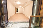 3房交樓標準示範單位,大廳面積估計逾250方呎,開則方正實用。(劉焌陶攝)