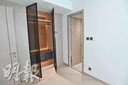 主人房附有入牆大衣櫃,為新盤少有的配套。(劉焌陶攝)