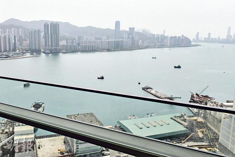 3房客廳外連22方呎露台,可享廣闊維港海景。(朱安妮攝)
