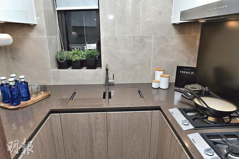 廚房內設三邊工作台,配備多款家電爐具。(朱安妮攝)