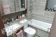浴室主要以灰色為主,設有浴缸。(朱安妮攝)