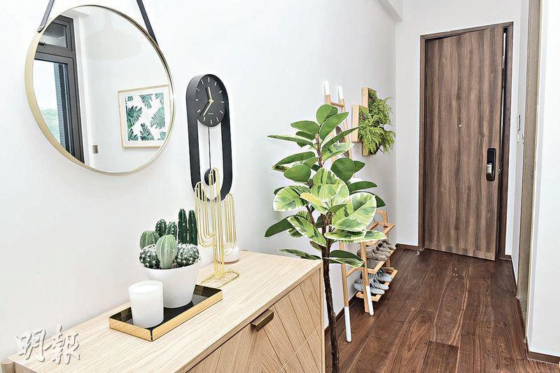 門口附近擺放鞋架等家具,牆身掛上圓形鏡,方便出門前整理儀容。(朱安妮攝)