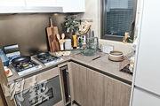 廚房設L形工作台,同樣配備家電爐具。(朱安妮攝)