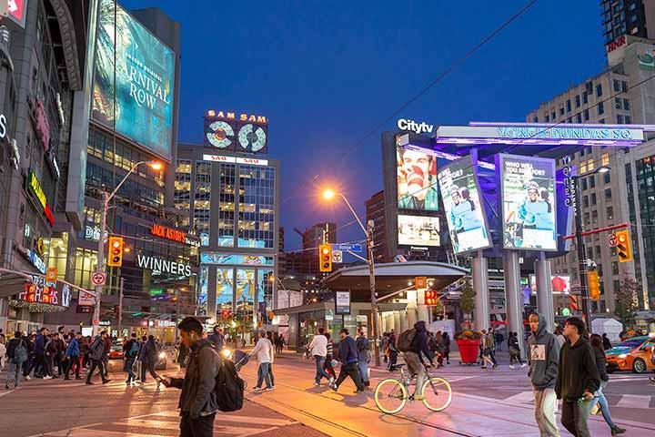 由項目步行約7分鐘可達加拿大最繁華的Yonge-Dundas Square。
