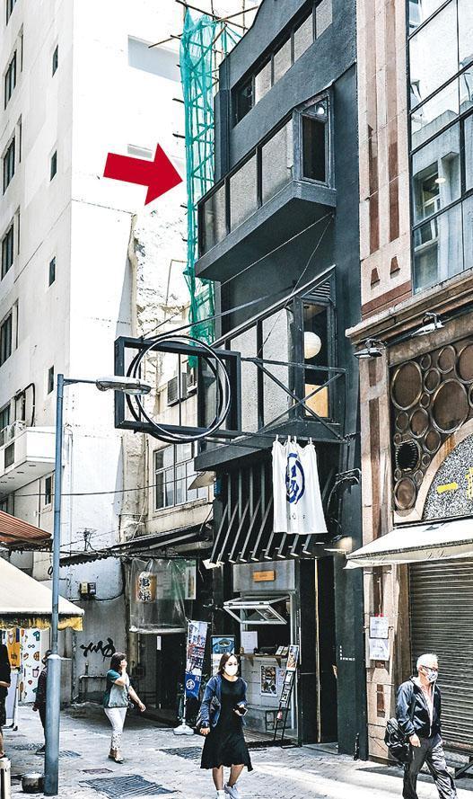 Sleeep位於上環永和街內街的低層舊樓(箭嘴示),翻新成新的睡眠及補眠空間,並配有桑拿衛浴設施、儲物櫃及共享工作間,地下樓層更讓創業者開設銷售湯品及輕餐食肆。