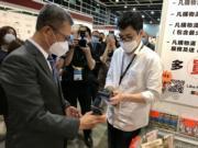 財政司長陳茂波(左)出席正在會展舉辦的「時尚購物展」,這是去年初疫情爆發以來貿發局首個舉辦的實體展覽會。