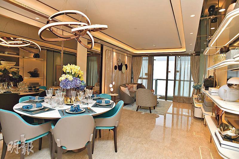 晉環個別4房單位成交呎價高逾5.4萬元,創香港仔一帶分層單位新高紀錄;圖為晉環同類實用1200餘方呎4房雙套戶型的示範單位。(黃志東攝)