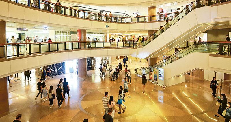 香港總零售額連跌兩個月,商店扭盡六壬吸客。海港城明日起一連7日推出100%消費回贈活動,顧客於商場同日消費每1000元,即可換領總值1000元的優惠券,最多5000元。商場冀利用循環消費,帶動人流支持場內商戶。