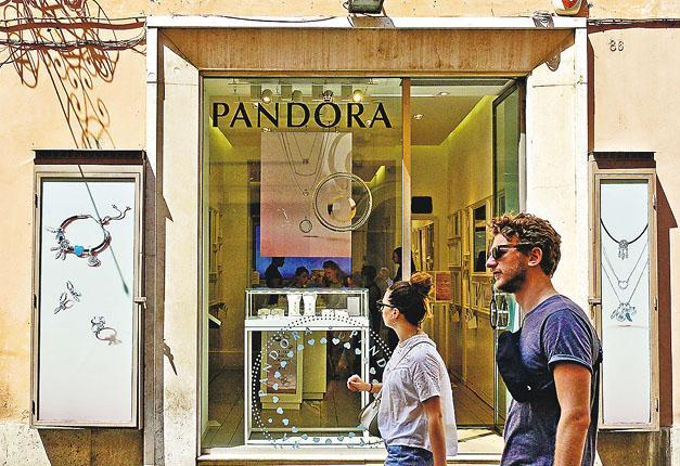 全球最大珠寶商Pandora宣布,將全面採用人造鑽,停止使用開採得來的天然鑽石製造首飾。圖為Pandora在意大利羅馬的分店。(路透社)