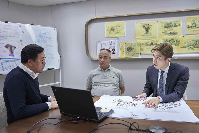 潘家鏗(右一)指,從前的工作讓他吸取了很多經驗,讓他能加強公司的管理、監管及發展。
