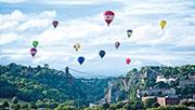 每年8月舉行的國際熱氣球節是布里斯托一大盛事,吸引大批海內外遊客到場參與,去年因應疫情改為網上直播。(網上圖片)