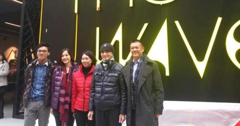 鄧成波(右二)常與孻子鄧耀昇(左一)一起出席公開場合,父子形影不離。(資料圖片)