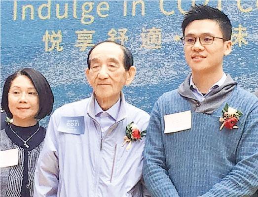鄧成波(中)對上一次公開露面或要數到2019年1月出席葵涌悅品酒店‧荃灣開幕慶典,且與太太葉少萍(左)及孻子鄧耀昇(右)一起。(資料圖片)