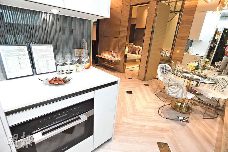單位於廚房外設有儲物櫃,當中收納焗爐,令空間使用上更靈活。(劉焌陶攝)