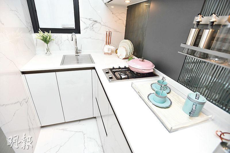 廚房為梗廚設計,附上白色廚櫃,提供充足的收納空間。(劉焌陶攝)