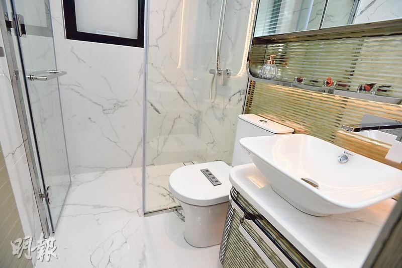 浴室採企缸設計,其地磚及牆身均鋪砌白色雲石。(劉焌陶攝)