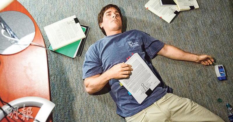《沽注一擲》劇照。圖為Christian Bale飾演的Michael Burry