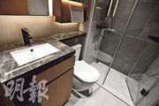 浴室同樣採用年輕摩登設計,當中淋浴間以黑色為主調。浴室櫃內設有插頭,方便戶主擺放風筒等電器。(劉焌陶攝)