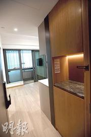 大門連接的玄關位設有嵌入式櫃,增加室內收納空間。(劉焌陶攝)