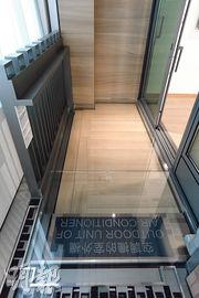 客廳外連的露台,與工作平台及冷氣機平台相連,方便維修。(劉焌陶攝)
