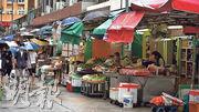 煙廠街兩旁店舖林立,當中的露天街市更是香港罕見。(劉焌陶攝)