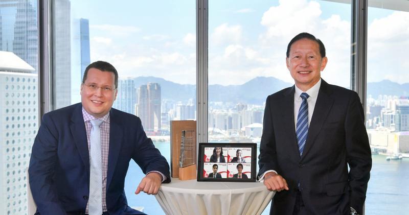 王冬勝(右):亞洲累積實力穩固 可推動未來環球經濟及創科發展,左為港大經管學院亞洲案例研究中心助理總監Jeoren vban den Berg。