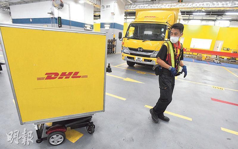 位於青衣招商局的物流運作中心設置載貨機械人「 Follow-me Robot」,透過前方的感應器自動追蹤速遞員,主要用於處理資料不齊全的貨物。(劉焌陶攝)