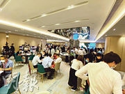 維港1號首日估計收逾1300票,超額認購5.1倍,成績不俗;項目設於九龍灣國際交易中心的示範單位,昨日即使是上班日,睇樓參觀反應亦熾熱。