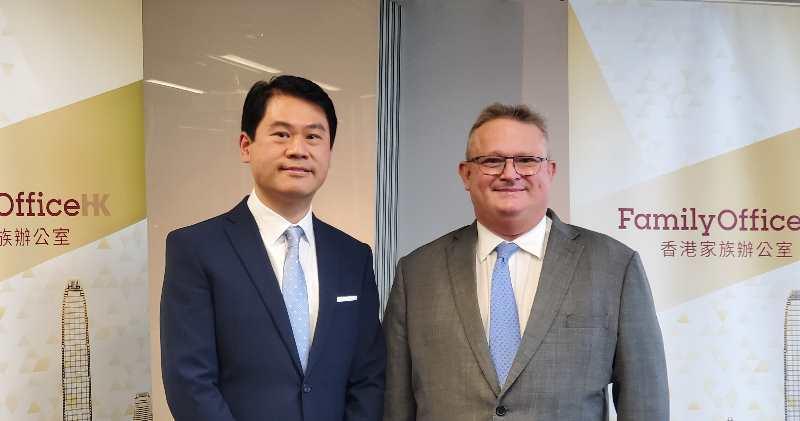 投資推廣署署長傅仲森(右)、投資推廣署財經金融行業主管兼家族辦公室環球主管黃恆德(左)。(陳偉燊攝)