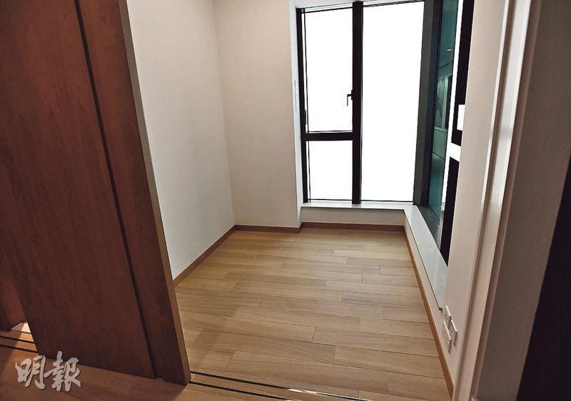 睡房開則方正,並設有曲尺落地玻璃窗,增加室內採光度。睡房與客廳同一坐向,住客可在房間欣賞城市景致。(劉焌陶攝)