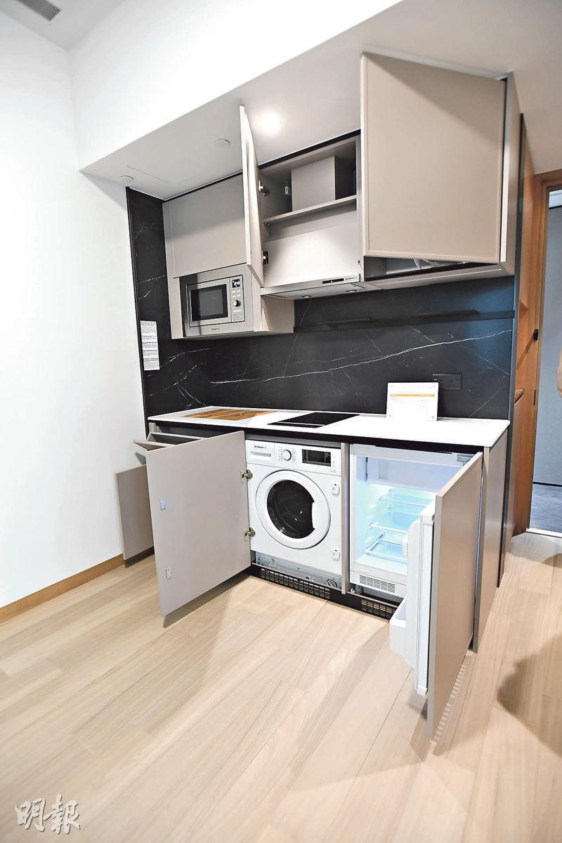 廚房採用開放式設計,設備齊全,配有內嵌隱藏式可升降水龍頭、洗衣機等。(劉焌陶攝)