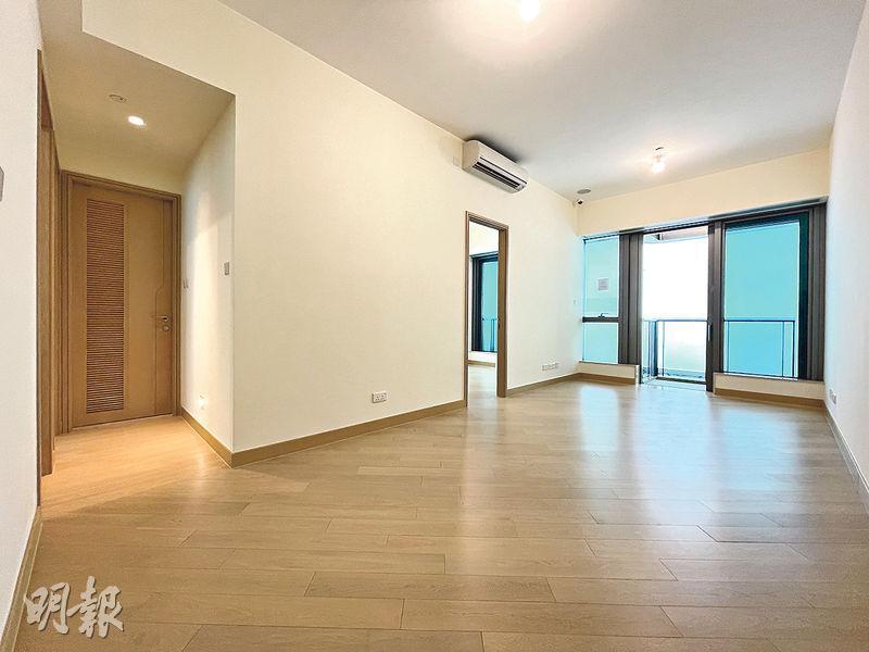維港滙II推售在即,發展商即日起開放一個示範單位予公眾參觀,為實用790方呎的6座18樓C室,3房1套間隔,長方形的大廳面積逾200方呎,方正實用。(鍾林枝攝)