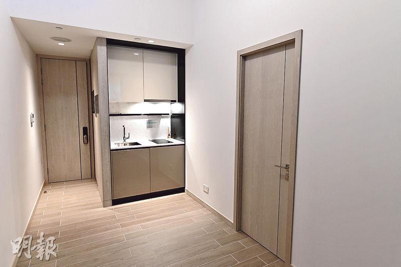 上嵐示範單位以18樓C室作藍本,實用面積290方呎,1房間隔,採開放式廚房設計,已屬項目面積最大單位。(蘇智鑫攝)