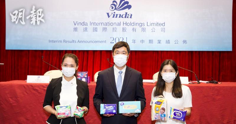 左起維達國際行政總輞李潔琳、集團主席李朝旺及集團財務總裁譚奕怡。