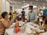 財政司司長陳茂波昨到香港仔飲早茶時與街坊閒話家常,聽取市民對消費券的意見。