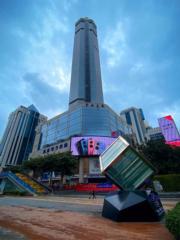 深圳賽格廣場是華強北地標之一,為世界 最高鋼管混凝土結構大廈,也是深圳第五高 樓,在月前因樓體晃動事件成為了「新聞人 物」,及後更於5月21日封樓,受到各方關 注。官方在7月中公布晃動原因為「桅杆風致 渦激共振」,並獲專家認定結構安全,但建 議拆除桅杆以解決相關問題。