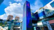 這是深圳首個垂直大屏裸眼 3D專案,可以讓消費者跟科技 與藝術來一場奇遇。