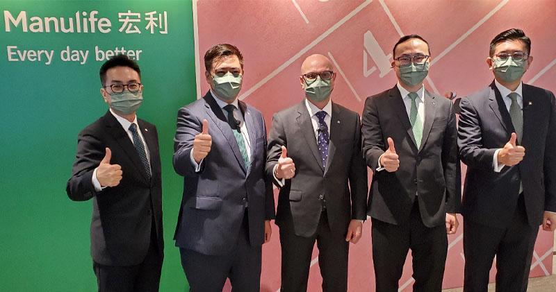 宏利香港首席行政總監戴明鈞(中)、宏利僱員福利業務部主管吳清發(左一)