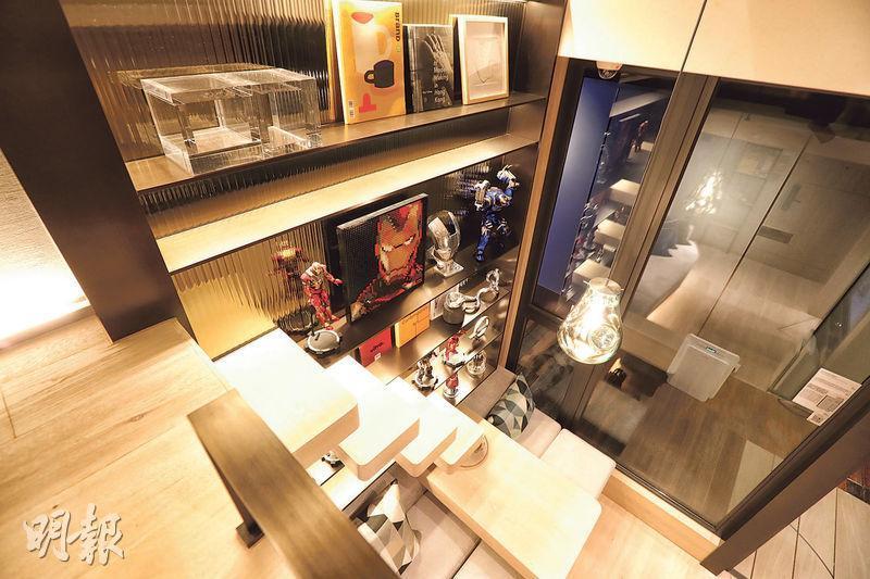18樓A09室示範單位由於寢區設於閣樓上,設計師將木造樓梯與飾品櫃合併,節省空間之餘別具玩味。(李紹昌攝)