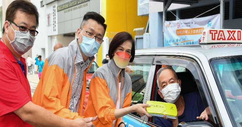 積金局主席劉麥嘉軒(右2)及署理行政總監鄭恩賜(左2)與的士業界會面。