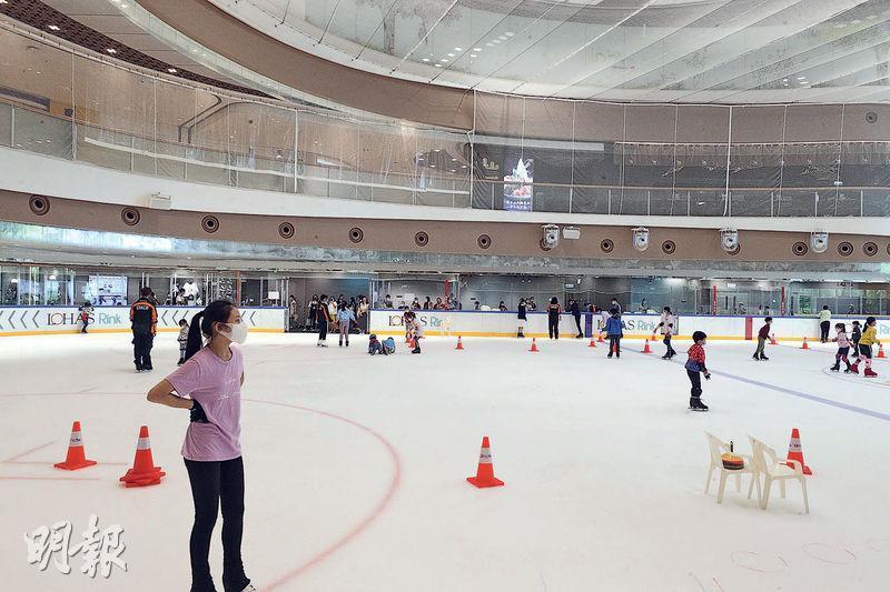 將軍澳日出康城商場「The LOHAS康城」開幕一周年,加上跨灣大橋預計明年啟用,代理稱對區內二手交投具剌激作用。圖為商場內的溜冰場。(曾憲宗攝)
