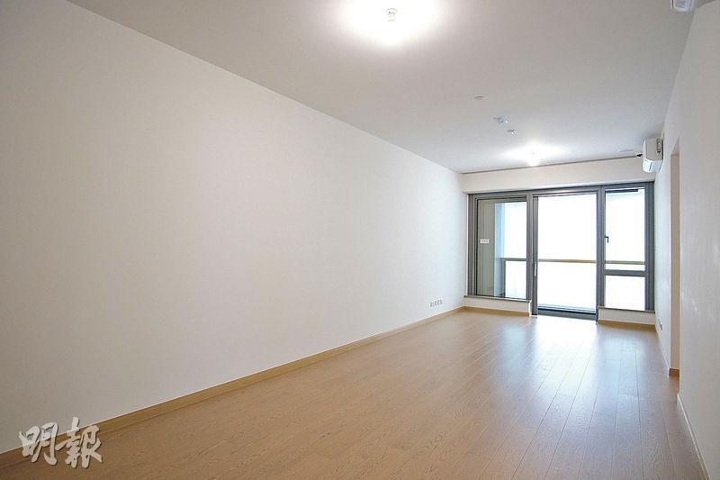 3房間隔的示範單位設有近落地的玻璃窗,採光度不俗。