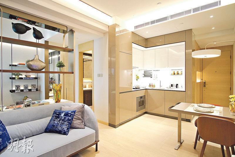 示範單位以米白色及淺啡色為主調,呈現代簡約風格。