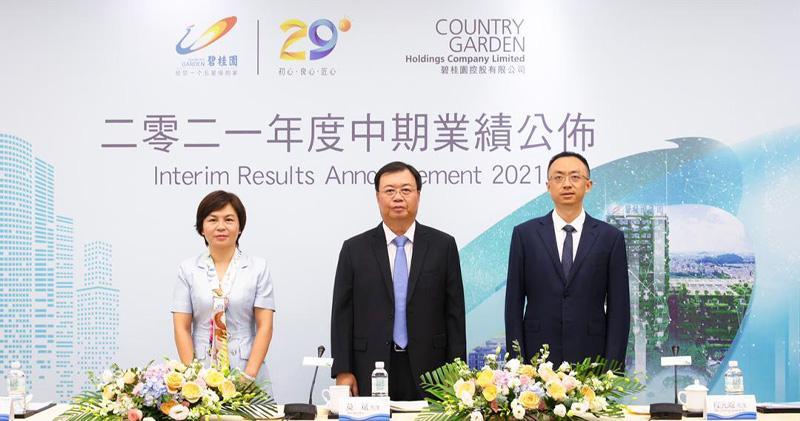 碧桂園副總裁兼首席財務官伍碧君 (左)、總裁莫斌 (中) 、常務副總裁程光煜 (右)