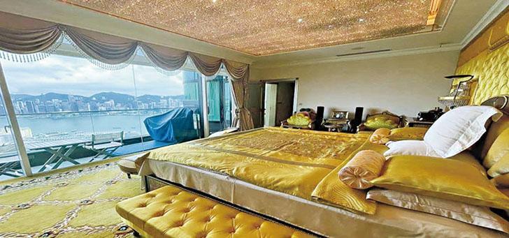 叫價13億元放售的凱旋門朝日閣一籃子單位以古代宮廷風設計,主人睡房除可望開揚海景,整個房間亦以金黃色作主調,十足「龍牀」一樣。(相片由代理提供)