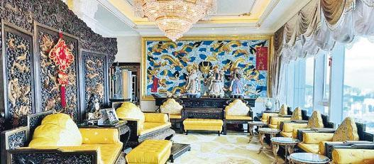 客廳除採用金黃色作配襯外,更設有以「龍」為主題的木製屏風及壁畫。(相片由代理提供)