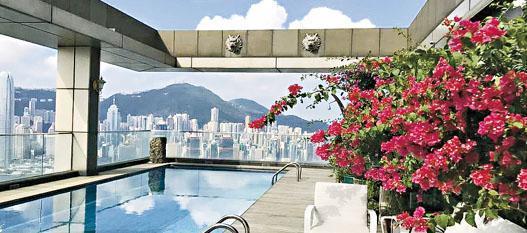 80至82樓A室的天際獨立屋設有天際泳池,可飽覽港島中區一帶海景。(相片由代理提供)